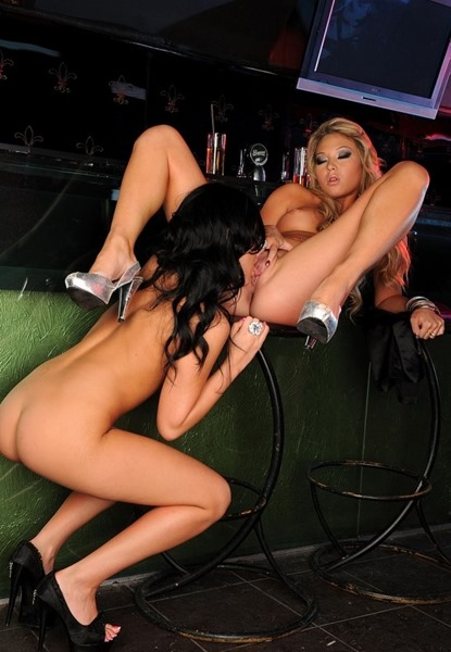 hot-lesbians-going-wild-at-party